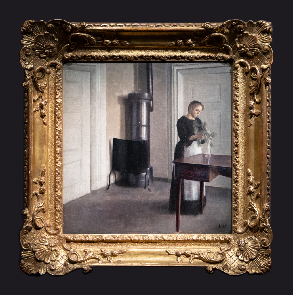 20 1900, Intérieur avec une femme arrangeant des fleurs dans un vase by Leslie Hossack